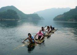 Tự mình bơi bè tre trên sông Đà là trải nghiệm cực kỳ thú vị